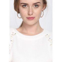 Biały Sweter Higher Than Reason. Białe swetry klasyczne damskie Born2be, l, ze splotem, z okrągłym kołnierzem. Za 74,99 zł.
