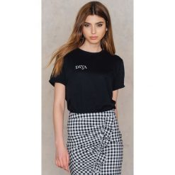 T-shirty damskie: Statement By NA-KD Influencers T-shirt Iva Nikolina – Black