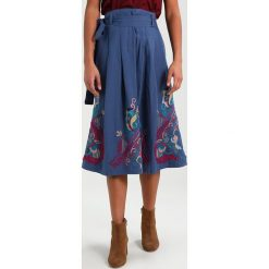 Ivko SKIRT WITH EMBROIDERY Spódnica trapezowa stoneblue. Niebieskie spódniczki trapezowe Ivko, ze lnu. W wyprzedaży za 463,20 zł.