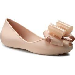 Baleriny ZAXY - Link Ballerina Fem 82038 Beige 90059 W285030. Brązowe baleriny damskie lakierowane Zaxy, z tworzywa sztucznego, na płaskiej podeszwie. W wyprzedaży za 149,00 zł.