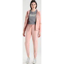 Abercrombie & Fitch HOLIDAY LOGO Bluza rozpinana pink. Czerwone bluzy rozpinane damskie Abercrombie & Fitch, m, z bawełny. Za 349,00 zł.