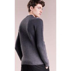 Drumohr GIROCOLLO TRECCIA Sweter campione. Białe swetry klasyczne męskie marki Bambi, l, z nadrukiem, z okrągłym kołnierzem. W wyprzedaży za 730,95 zł.