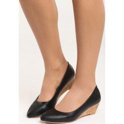 Czarne Koturny Rule the World. Czarne buty ślubne damskie marki Kazar, z materiału, na wysokim obcasie, na koturnie. Za 79,99 zł.
