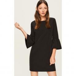Sukienka z ozdobnymi rękawami - Czarny. Czarne sukienki z falbanami marki Reserved, l. Za 69,99 zł.