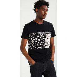 Wrangler by Peter Max SOLAR SYSTEM TEE Tshirt z nadrukiem black. Czarne koszulki polo Wrangler by Peter Max, m, z nadrukiem, z bawełny. Za 249,00 zł.