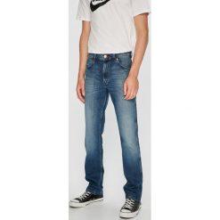Wrangler - Jeansy Greensboro. Niebieskie jeansy męskie regular Wrangler. Za 399,90 zł.