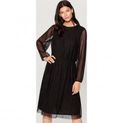 Plisowana sukienka z długimi rękawami - Czarny. Czerwone sukienki z falbanami marki Mohito, l, w koronkowe wzory. Za 119,99 zł.