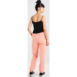 Juvia PLAIN JOGGER Spodnie treningowe neon peach. Pomarańczowe spodnie dresowe damskie Juvia, xl, z bawełny. W wyprzedaży za 349,30 zł.