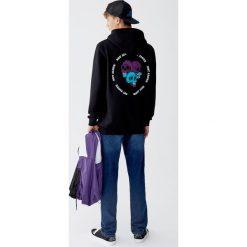 Bluza z flokowanym nadrukiem czaszki. Czarne bluzy męskie rozpinane Pull&Bear, m, z nadrukiem. Za 99,90 zł.