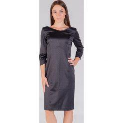 Czarna satynowa sukienka w groszki QUIOSQUE. Czarne sukienki balowe marki QUIOSQUE, w grochy, z satyny, z klasycznym kołnierzykiem, wyszczuplające. W wyprzedaży za 89,99 zł.