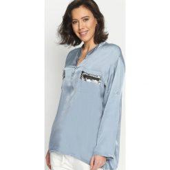 Niebieska Bluzka Damask Silk. Niebieskie bluzki longsleeves marki ARTENGO, z elastanu, ze stójką. Za 129,99 zł.
