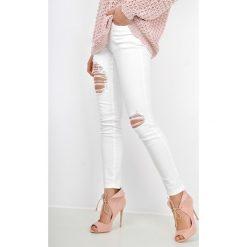 Spodnie damskie: Białe rurki z rozdarciami