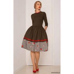 SUKIENKA ROZKLOSZOWANA Khaki. Brązowe sukienki dzianinowe Pakamera, w kratkę, midi, rozkloszowane. Za 360,00 zł.