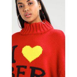 Swetry klasyczne damskie: Jaded London OVERSIZED TURTLENECK JUMPER WITH I LOVE BER Sweter red