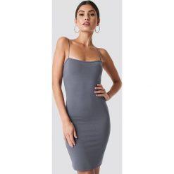 Nicki x NA-KD Dopasowana sukienka na ramiączkach - Grey. Niebieskie sukienki mini marki bonprix, z nadrukiem, na ramiączkach. Za 141,95 zł.