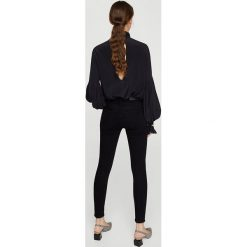 Mango - Jeansy Soho. Szare jeansy damskie Mango, z bawełny, z podwyższonym stanem. W wyprzedaży za 99,90 zł.