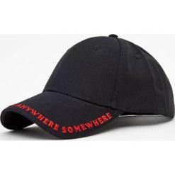 Czapka z haftowanym napisem. Czarne czapki z daszkiem męskie Pull&Bear, z haftami. Za 59,90 zł.