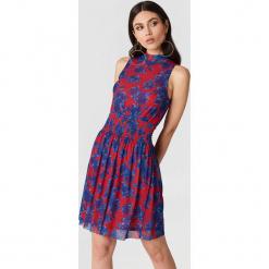 NA-KD Karbowana siateczkowa sukienka - Red,Multicolor. Czerwone sukienki na komunię marki NA-KD, ze stójką. W wyprzedaży za 36,59 zł.