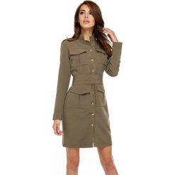 Sukienka military oll9. Brązowe sukienki balowe LaLa, do pracy, s, moro, z klasycznym kołnierzykiem, dopasowane. W wyprzedaży za 159,00 zł.