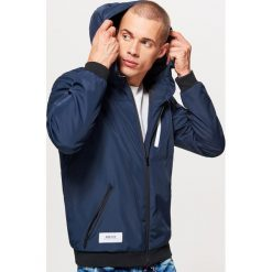 Kurtka z kapturem - Granatowy. Niebieskie kurtki męskie marki Cropp, l, z kapturem. W wyprzedaży za 119,99 zł.