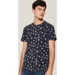 T-shirt z nadrukiem all over - Granatowy. Czarne t-shirty męskie z nadrukiem marki House, l. Za 39,99 zł.