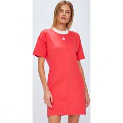 Adidas Originals - Sukienka. Różowe sukienki dzianinowe adidas Originals, na co dzień, z nadrukiem, casualowe, z okrągłym kołnierzem, z krótkim rękawem, mini, proste. Za 169,90 zł.