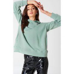 Bluzy damskie: NA-KD Trend Bluza z kapturem z drapowanym rękawem – Green