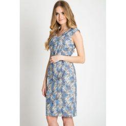 Szara sukienka w liście z paskiem QUIOSQUE. Szare sukienki na komunię marki QUIOSQUE, na co dzień, w paski, z kopertowym dekoltem, bez rękawów, dopasowane. W wyprzedaży za 99,99 zł.
