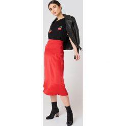 NA-KD T-shirt Cherry - Black. Czarne t-shirty damskie NA-KD, z nadrukiem, z dżerseju. W wyprzedaży za 51,07 zł.
