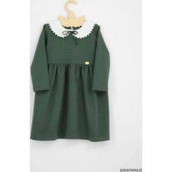 Sukienka z kolnierzykiem i aksamitka szmaragdowa. Zielone sukienki dziewczęce z falbanami Pakamera, z długim rękawem, długie. Za 129,00 zł.