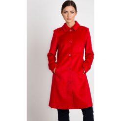 Klasyczny czerwony płaszcz z kołnierzem QUIOSQUE. Czerwone płaszcze damskie pastelowe QUIOSQUE, z tkaniny, eleganckie. W wyprzedaży za 349,99 zł.