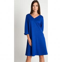 Kobaltowa rozkloszowana sukienka QUIOSQUE. Niebieskie długie sukienki marki QUIOSQUE, s, z dzianiny, wizytowe, z dekoltem na plecach, z długim rękawem, proste. W wyprzedaży za 139,99 zł.