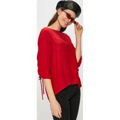 Medicine - Bluzka Essential. Czerwone bluzki asymetryczne MEDICINE, l, z dzianiny, casualowe, z okrągłym kołnierzem. W wyprzedaży za 95,90 zł.