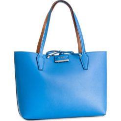 Torebka GUESS - HWSB64 22150 BCO. Niebieskie torebki klasyczne damskie marki Guess, z materiału. Za 599,00 zł.