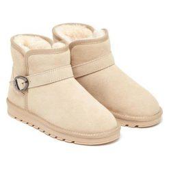 Skórzane botki w kolorze beżowym. Brązowe buty zimowe damskie Carla Samuel, na zimę, ze sprzączką. W wyprzedaży za 199,95 zł.