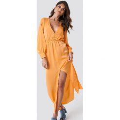 Andrea Hedenstedt x NA-KD Sukienka maxi z guzikami - Orange. Pomarańczowe długie sukienki marki Andrea Hedenstedt x NA-KD, z poliesteru, dekolt w kształcie v, z długim rękawem. W wyprzedaży za 142,07 zł.