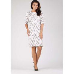 Stylowa Sukienka z Kimonowym Rękawem w Piórka. Białe sukienki balowe marki Molly.pl, na spotkanie biznesowe, l, oversize. W wyprzedaży za 124,53 zł.