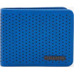 Niebieski dziurkowany portfel. Niebieskie portfele męskie marki Pull&Bear. Za 59,90 zł.