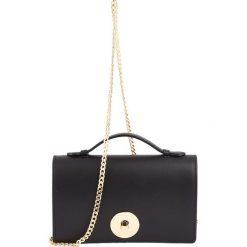 Skórzana torebka w kolorze czarnym - 22 x 13,5 x 4 cm. Czarne torebki klasyczne damskie Classe Regina, w paski, ze skóry. W wyprzedaży za 181,95 zł.