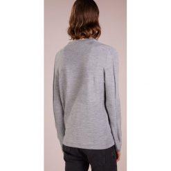 DRYKORN YUMA Sweter hellgrau. Niebieskie swetry klasyczne męskie marki DRYKORN, m, z dekoltem karo. Za 509,00 zł.