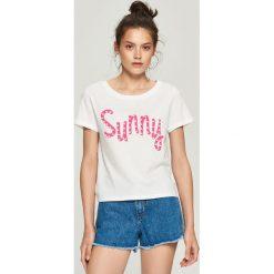 T-shirt z perłową aplikacją - Biały. Białe t-shirty damskie Sinsay, l, z aplikacjami. W wyprzedaży za 24,99 zł.