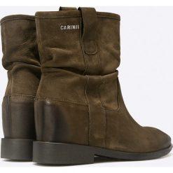 Carinii - Botki. Brązowe buty zimowe damskie Carinii, z materiału, z okrągłym noskiem, na obcasie. W wyprzedaży za 179,90 zł.