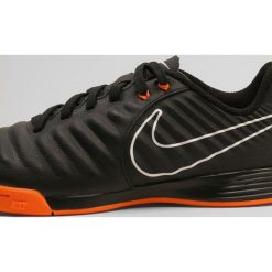 Nike Performance LEGENDX 7 ACADEMY IC Halówki black/total orange/white. Czarne buty skate męskie Nike Performance, z materiału. W wyprzedaży za 197,10 zł.