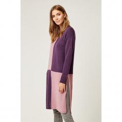 Sweter w kolorze fioletowo-jasnoróżowym. Czerwone swetry klasyczne damskie marki SCUI, z okrągłym kołnierzem. W wyprzedaży za 149,95 zł.