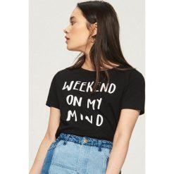 T-shirt z hasłem - Czarny. Czarne t-shirty damskie marki Sinsay, l. W wyprzedaży za 9,99 zł.