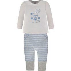2-częściowy zestaw w kolorze błękitno-szaro-białym. Białe t-shirty chłopięce z długim rękawem Kanz, z nadrukiem. W wyprzedaży za 49,95 zł.