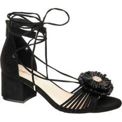 Sandały na obcasie Catwalk czarne. Czarne rzymianki damskie Catwalk, z materiału, na obcasie. Za 149,90 zł.