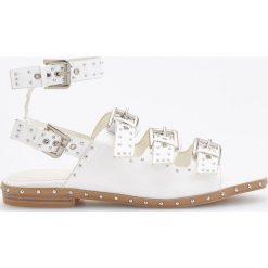 Sandały z ćwiekami - Biały. Białe sandały damskie marki Reserved. Za 139,99 zł.