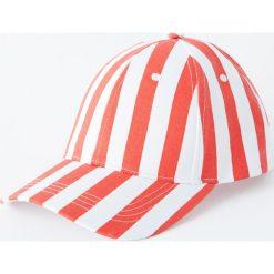 Czapka w czerwone paski. Czerwone czapki z daszkiem męskie Pull&Bear, w paski. Za 59,90 zł.