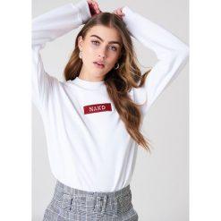 Bluzy damskie: NA-KD Trend Bluza z logo NA-KD – White
